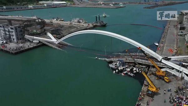 لحظة إنهيار جسر في تايوان