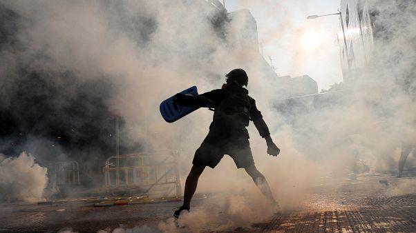 Scontri Hong Kong, poliziotto spara e ferisce gravemente un manifestante