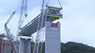 A helyére került a Morandi híd helyén épülő új viadukt első darabja