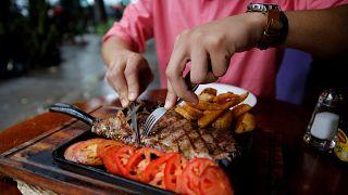 ¿Es malo para la salud comer carne roja? Un nuevo estudio lo pone en duda y desata la polémica