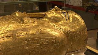 """شاهد: أول عرض ل""""تابوت الكاهن"""" في مصر بعد استعادته من الولايات المتحدة"""