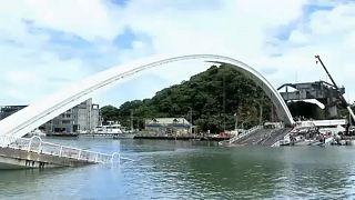 Összedőlt egy híd Tajvanon, halászhajókra zuhant