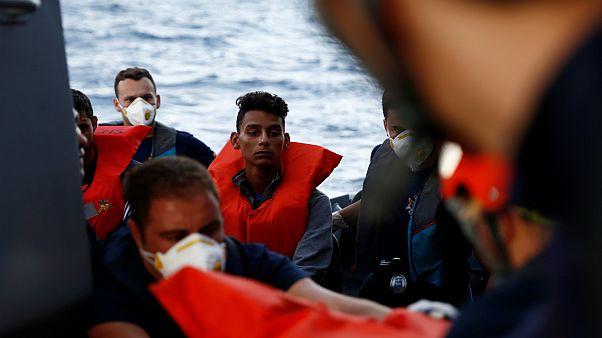 إنقاذ مهاجرين عالقين في عرض البحر المتوسط