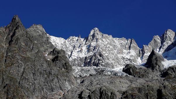 Hatalmas  jégtömb csúszik lefelé a Mont Blanc gleccseréről