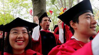 Harvard Üniversitesi öğrencilerinin diploma törenindeki sevinci