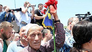 Ein Mann mit Flaggen von Albanien und dem Kosovo nimmt am 20. Jahrestag des Einsatzes von NATO-Truppen im Kosovo in Pristina teil, Kosovo 12. Juni 2019.