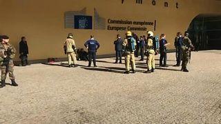 شاهد: الشرطة توقف رجلاً هدد بإضرام النار بملابسه أمام مقرّ الاتحاد الأوروبي ببروكسل
