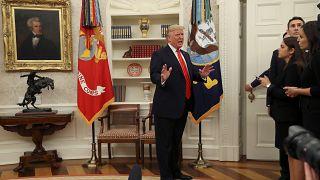 الرئيس الأمريكي ترامب يحضر مراسم أداء اليمين الدستورية لوزيرة العمل سكاليا في البيت الأبيض بواشنطن