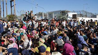 لاجئون ومهاجرون يشاركون في مظاهرة ضد الظروف المعيشية في مخيم موريا بجزيرة ليسبوس
