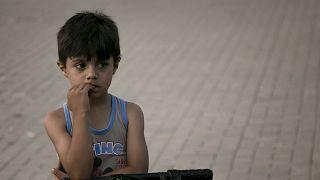 أكراد سوريا يسلمون النمسا شقيقين يتيمين من عائلات داعش