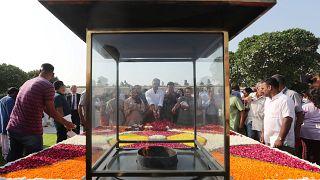 Hindistan'ın tarihi liderlerinden Gandhi doğumunun 150. yıl dönümünde dev 'plastik çıkrıkla' anıldı