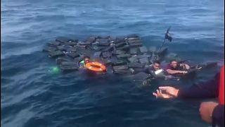 Rescatan del mar a tres narcotraficantes aferrados a una balsa de cocaína