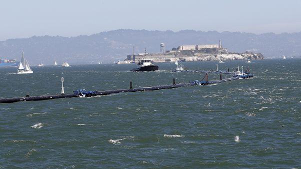 Az Ocean Cleanup nevű szerkezetet vontatja ki a projekt hajója a San Franciscó-i öbölből 2018. szeptember 9-én.