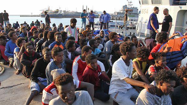 مهاجرون أفارقة أنقذهم خفر السواحل الليبي يصلون إلى مقر القاعدة البحرية في طرابلس العاصمة. 12/07/2018