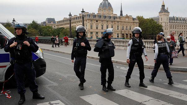 قوات الشرطة تقوم بتأمين المنطقة أمام مقر شرطة باريس عقب الحادثة