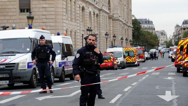Paris Emniyet Müdürlüğü'nde gerçekleşen bıçaklı saldırının ardından güvenlik güçleri, önlemleri arttırdı