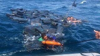 Tekneleri batan kaçakçılar Pasifik'te kokain balyalarına sarılarak köpek balıklarından kurtuldu