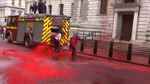 بریتانیا؛ کنشگران محیط زیست روی ساختمان وزارت دارایی رنگ قرمز پاشیدند