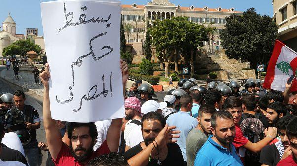 متظاهرون في وسط بيروت يدعون إلى رحيل السلطة