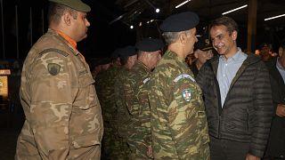 """Ο πρωθυπουργός συνομιλεί με αξιωματικούς κατά τη διάρκεια της άσκησης """"Παρμενίων 2019"""""""