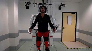 شاهد: رجل مشلول يمشي مجددا بفضل نظام روبوتي