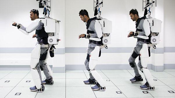 Παράλυτος άνδρας περπάτησε με εξωσκελετό