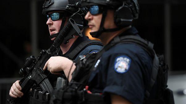 عنصران من شرطة مكافحة الشغب في نيويورك الأميركية