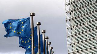 العلم الأوروبي أمام مبنى المفوضية الأوروبية في بروكسل