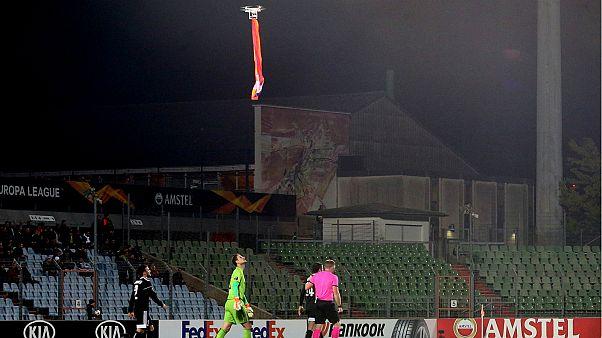 العلم الأرميني فوق رؤوس اللاعبين في لوكسمبورغ