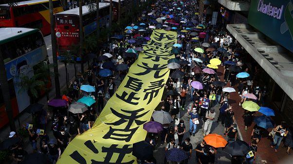 """المظاهرات الاحتجاجية تشلّ هونغ كونغ ورئيسة السلطة التنفيذية تدين """"مثيري الشغب"""""""