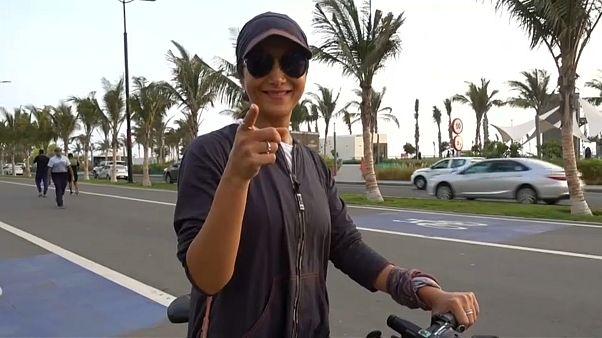 Suudi Arabistan'ın başkenti Riyad'daki Formula E'ye katılan bir turist kadın selfie çekerken