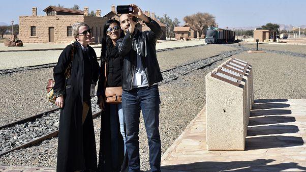 سيدتان أجنبيتان في السعودية