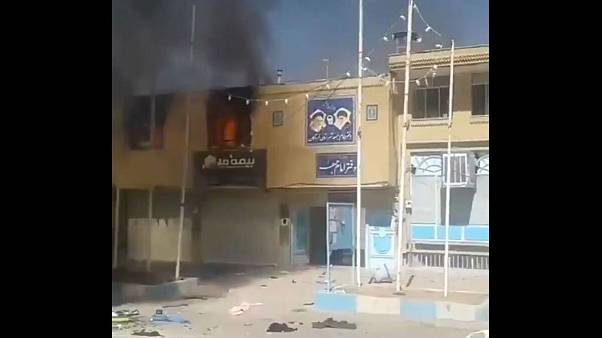 معترضان دفتر امام جمعه لردگان را آتش زدند