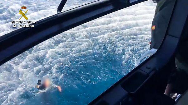 İspanyol polisler kaçakçıları kovalarken denize düştü, kaçakçılar tarafından kurtarıldı
