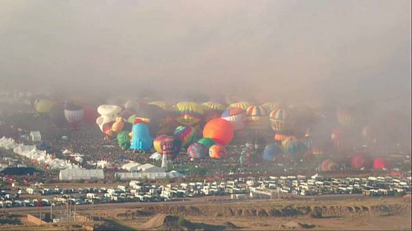 شاهد: الضباب يخيب آمال عشاق ركوب المناطيد في افتتاح مهرجان ألباكركي الدولي