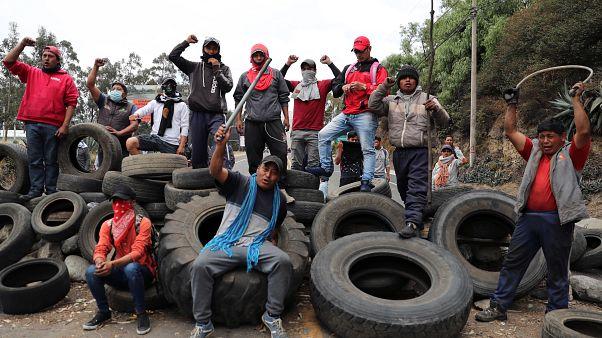 Manifestantes bloquea una carretera durante las protestas contra el gobierno del presidente Lenin Moreno, en Cayambe, Ecuador, el 5 de octubre de 2019.
