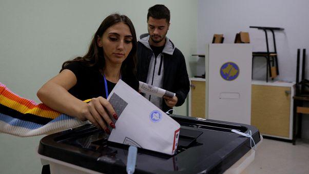 Kosova'da halk, erken genel seçimler için oy kullanmaya başladı. Priştine