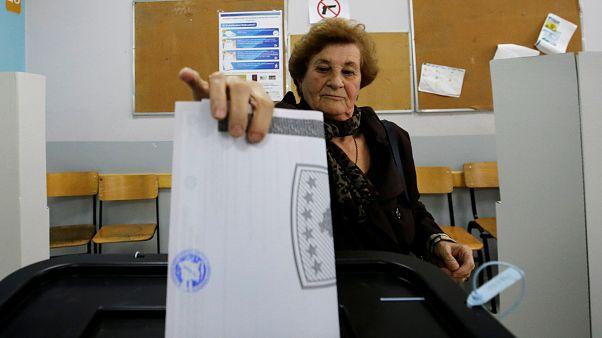 """بدء الاقتراع في انتخابات عامة بكوسوفو للاختيار بين """"زعماء الحرب"""" السابقين ومعارضة شبابية"""