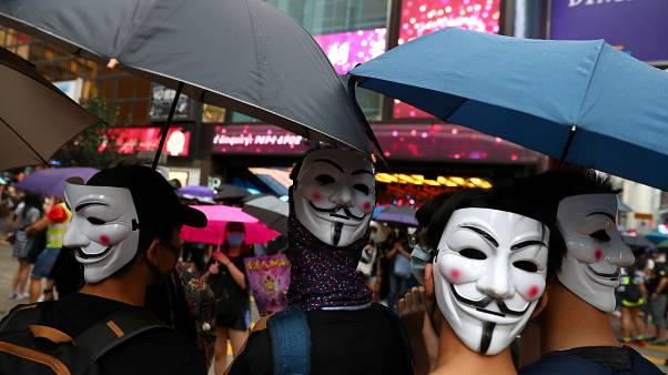 Les Hongkongais défient l'interdiction du masque