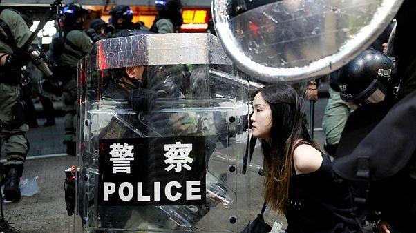 Uma manifestante é detida pela polícia antimotim em Hong Kong