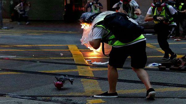 شاهد: إصابة صحافي بزجاجة حارقة خلال احتجاجات هونغ كونغ