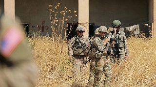 جنود أتراك وأمريكيون يقفون بالقرب من نقطة عسكرية سابقة في شمال سوريا- أرشيف رويترز