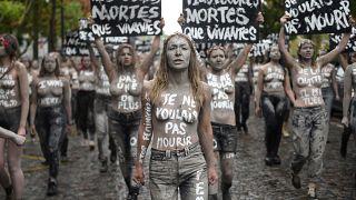Femen üyeleri Fransa'da bu yıl öldürülen 114 kadın için protesto düzenledi