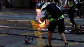Hong Kong'daki gösterilerde bir gazeteciye molotof kokteyli isabet etti