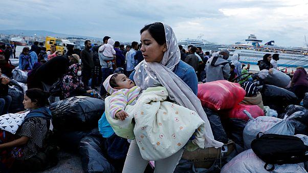 مهاجرون نقلتهم السلطات اليونانية من مخيم موريا بجزيرة ليسبوس إلى ميناء بيرايوس قرب أثينا