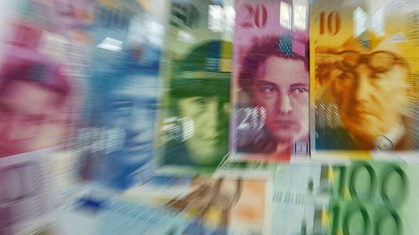 مقاومت ۱۰ روزه دلار در بازار آزاد؛ ذخایر یورویی بانکهای ایران پایین است؟