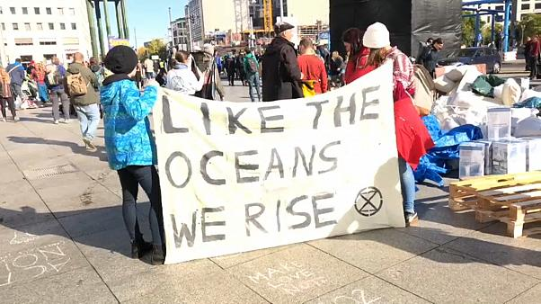 Ativistas do 'Extinction Rebellion' tentam parar capitais europeias