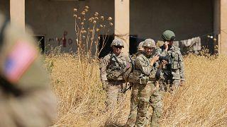 جنود أمريكيون يقفون بجانب جنود أتراك في تل أبيض في سوريا - 2019/10/04