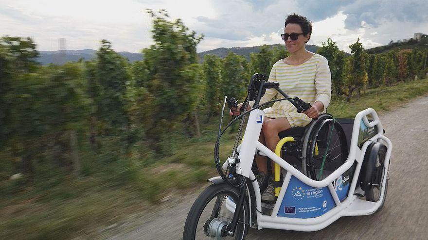 Triciclo todo-o-terreno para quem anda de cadeira de rodas
