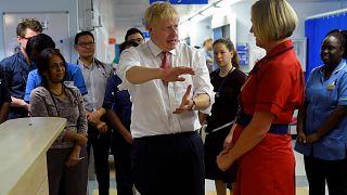 رئيس الوزراء البريطاني جونسون في زيارة لمستشفى واتفورد العام